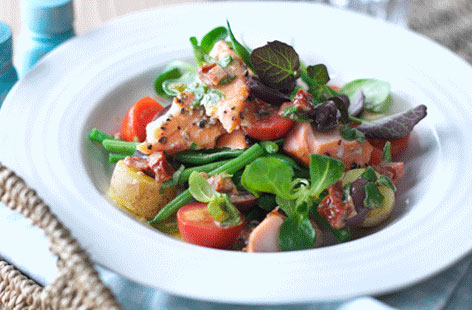 Salmon Niçoise with sun-dried tomato dressing recipe (0075)